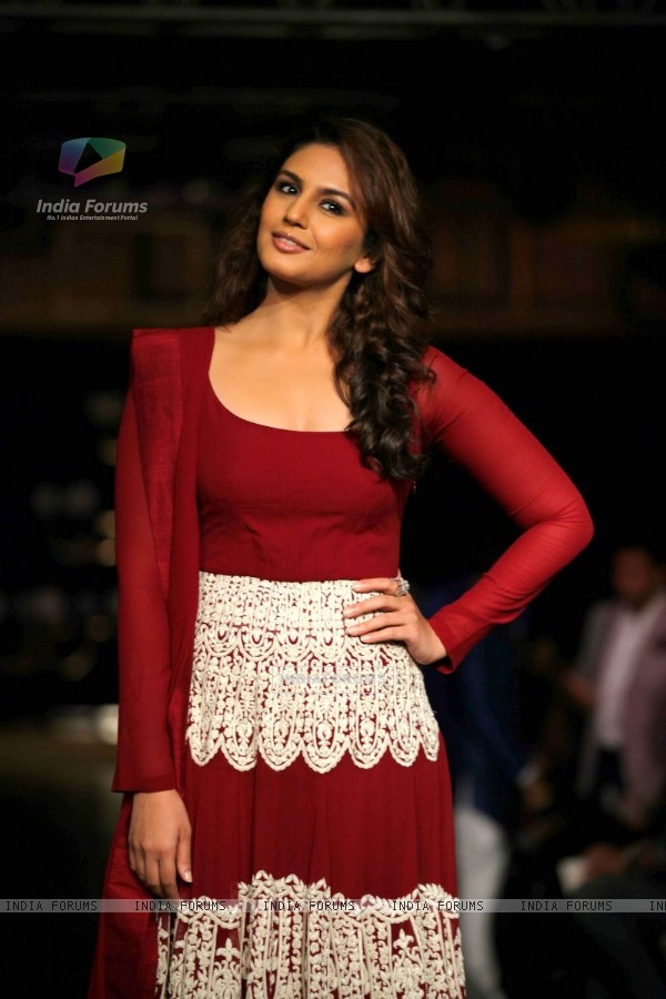 Huma Qureshi pose for media at Indian Couture Week - Day 5