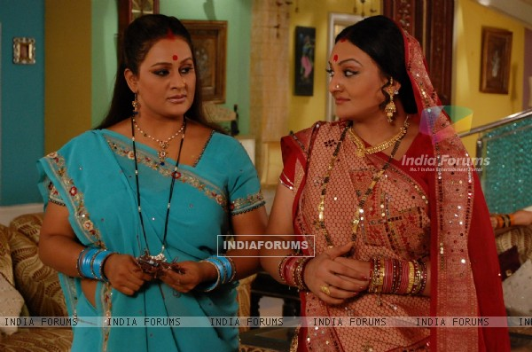 Parul looking angry with Manjula