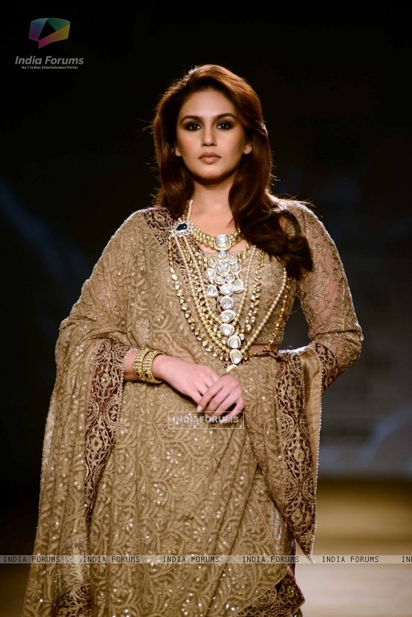 Huma Qureshi walks the ramp at Indian Couture Week - Grand Finale