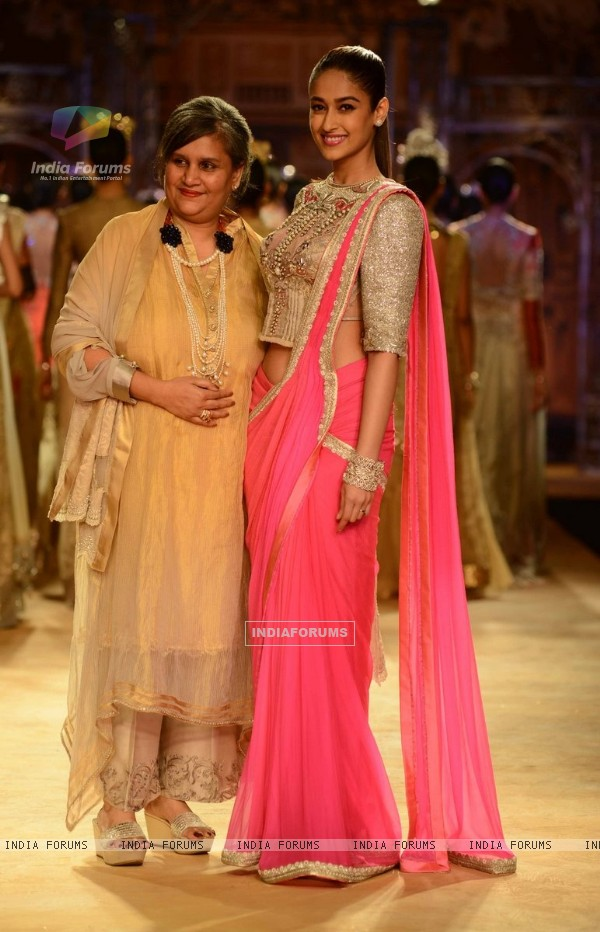 Ieana D'cruz walks the ramp at the Indian Couture Week - Grand Finale