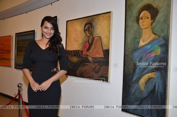 Sonakshi Sinha pays tribute to artist Prafula Dhanukar at Jehangir Art Gallery