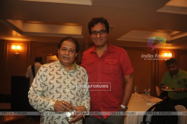 Anup Jalota and Talat Aziz pose for the media