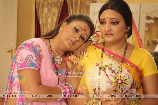 A still image of Manjula and Parul in Hamari Devrani