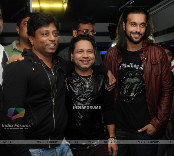 Akhil Kapur with kailash kher at the Music Launch of Desi Kattey