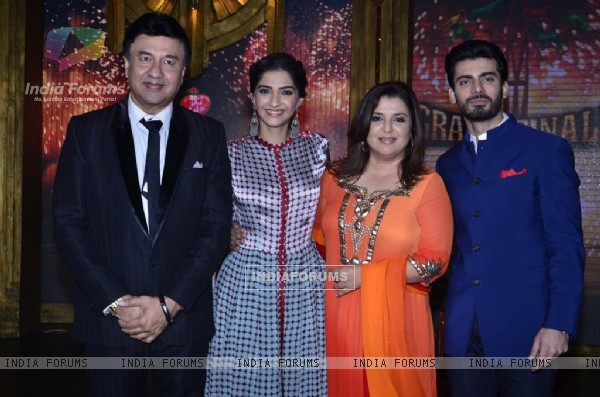 Sonam Kapoor and Fawad Khan pose with Anu Malik and Farah Khan