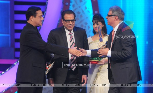 Rana Kapoor and Dharmendra Awarding Yogesh Mehta at International Indian Achiever's Award 2014