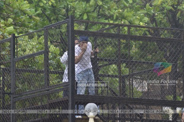 Shah Rukh Khan came out at his balcony to greet his Fans on Eid