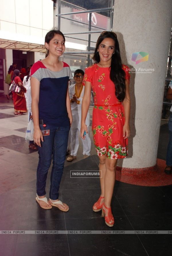Tara Sharma poses with a fan at NDTV Save the Tigers event