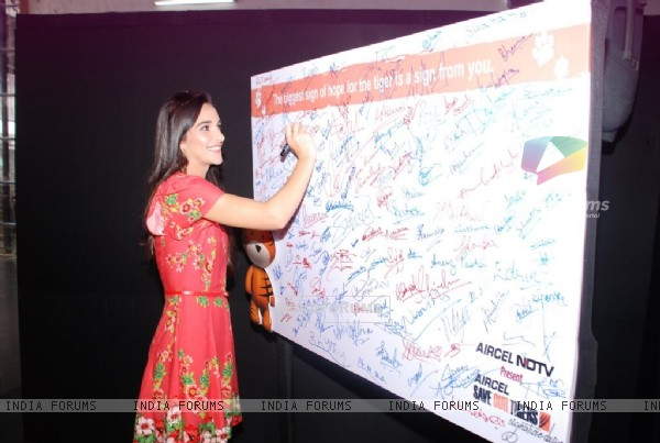 Tara Sharma signs her autograph at NDTV Save the Tigers event