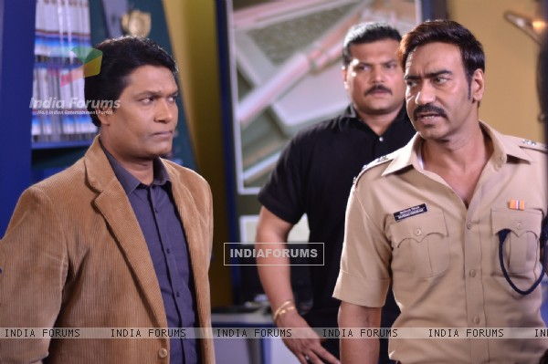 Ajay Devgn seen talking to Abhijeet on C.I.D