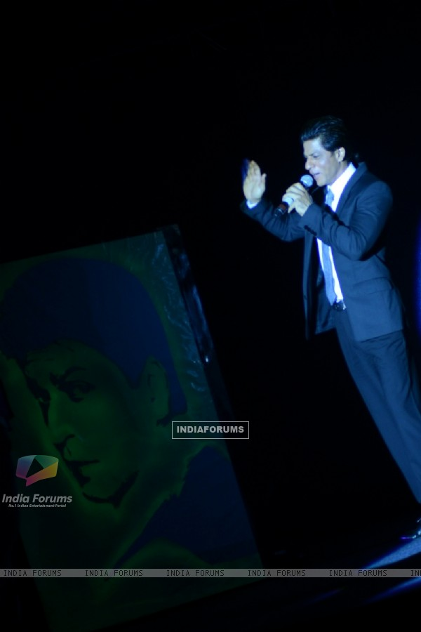 Shah Rukh Khan appreciates the radium light painting on Got Talent World Stage LIVE
