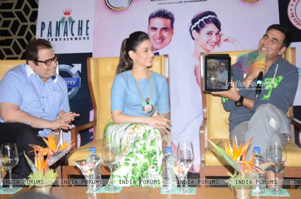 Akshay Kumar was seen showing an image on his tab to the audience