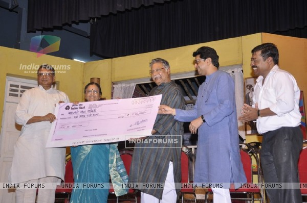 Raj Thackeray and Vikran Gokhale present a Cheque prize to Artists