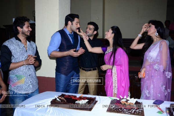 Divyanka Tripathi gives Sangram Singh some cake as Ye Hai Mohabbatein completes 200 episodes