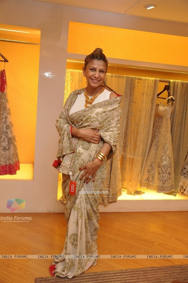 Ramona Narang tries a saree at Varun Bhal's Couture Collection Preview at AZA