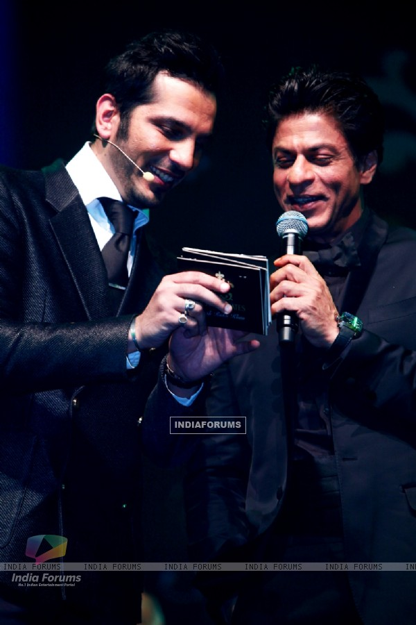 Nitin Mirani showing Shah Rukh Khan placards