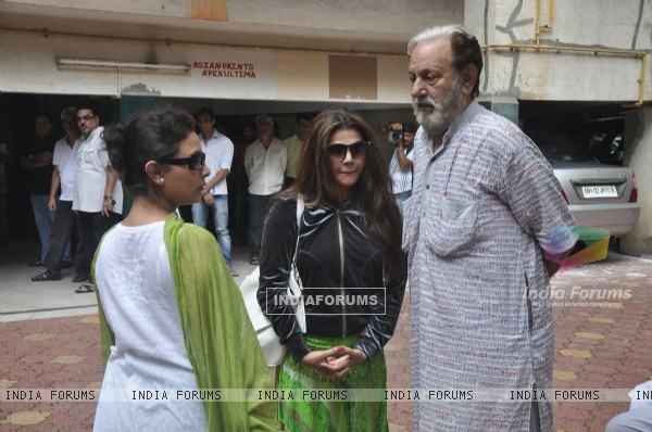 Sharbani Mukherjee, Tanishaa Mukerji and Arun Bali at the funeral of Dharmesh Tiwari