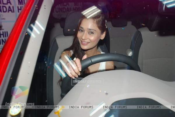 Sara Khan checks out the Hyundai i20 Elite