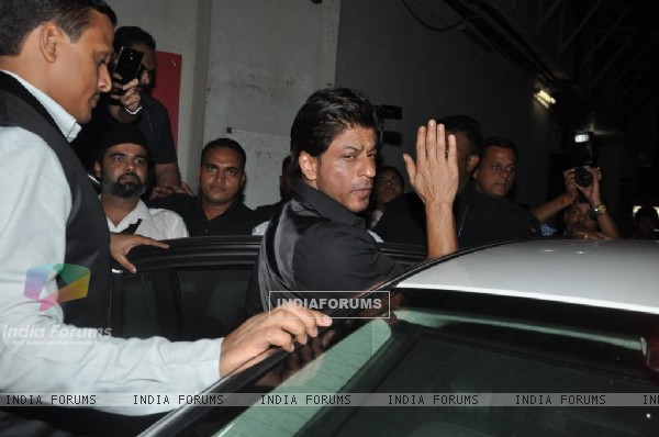 Shah Rukh Khan Waves Out to his Fans at the Trailer Launch of Ekkees Topon Ki Salaami