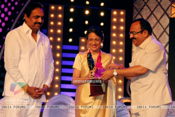 Tanuja Receives Raj Kapoor Life Time Achievement Award