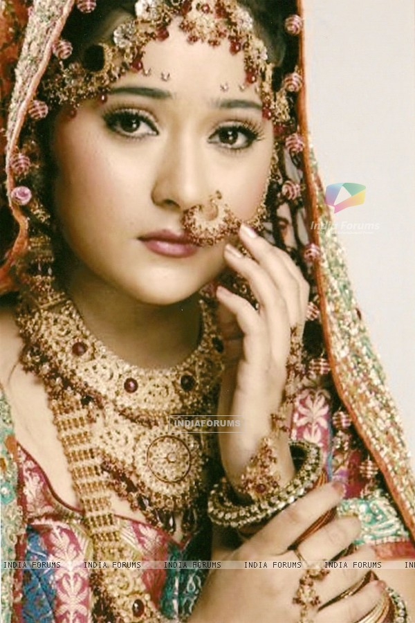 Sara Khan as Sadhana in wedding dress in Sapna Babul Ka.. Bidaai