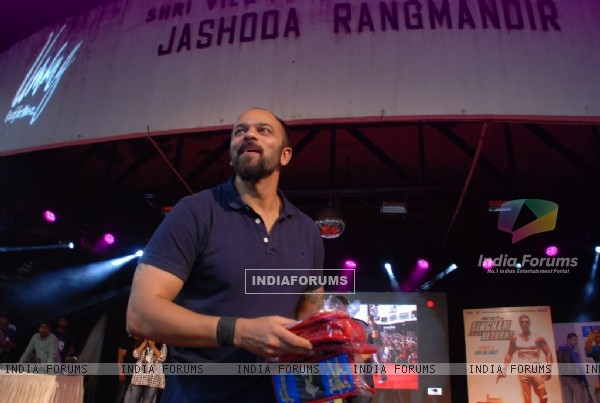 Rohit Shetty was seen throwing off Tshirts at the Promotions of Singham Returns