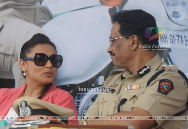 Rani Mukherjee was seen talking with Police Officer