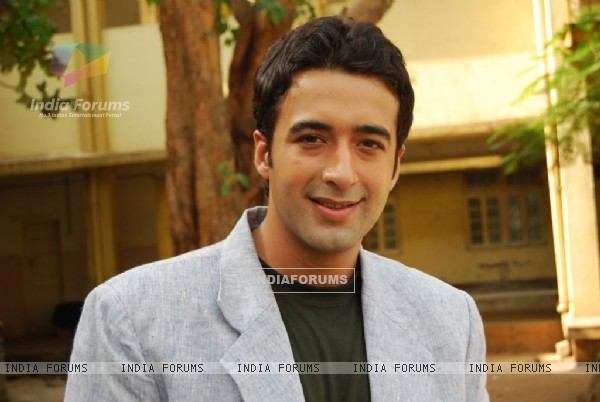 Puneet Tejwani as Dr.Shlok
