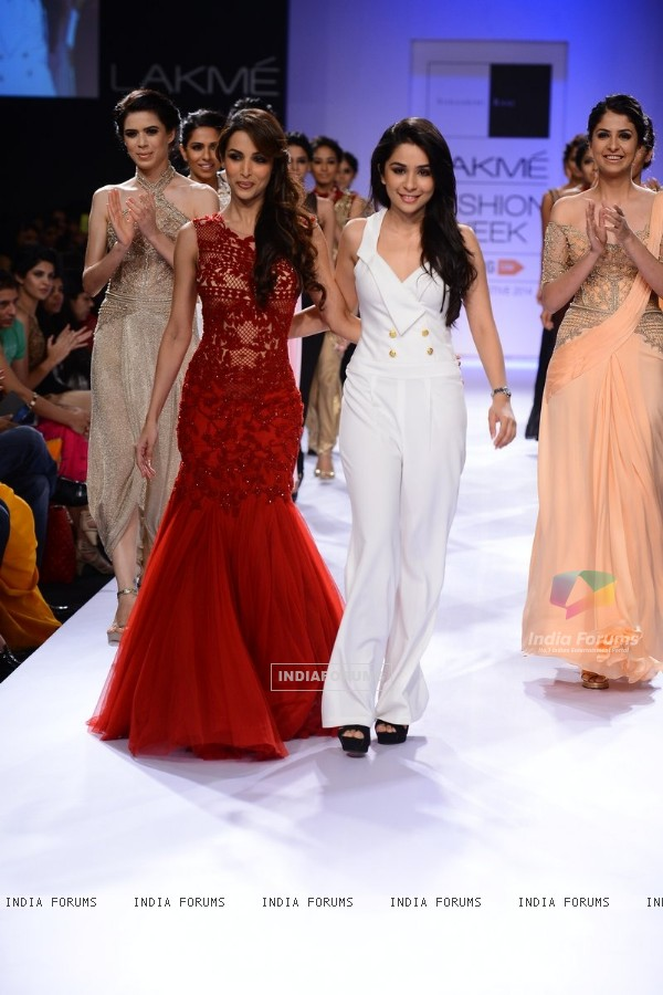 Malaika Arora Khan with Sonaakshi Raaj at the Lakme Fashion Week Winter/ Festive 2014 Day 6