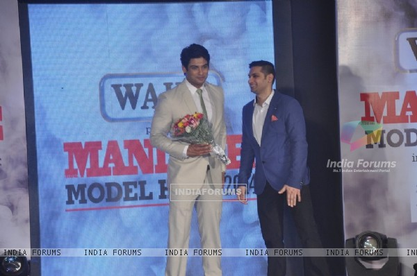 Siddharth Shukla being felicitated at Mandate Model Hunt 2014