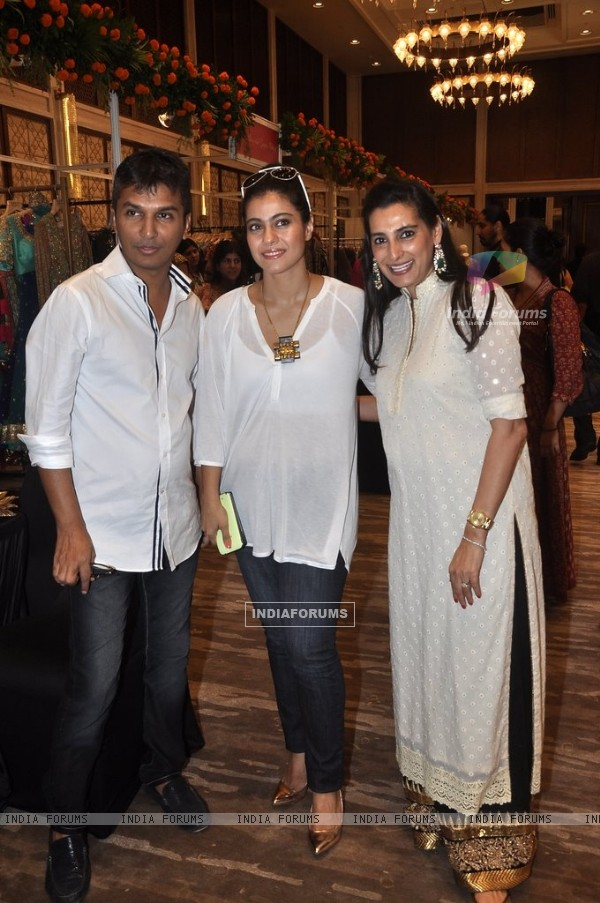 Mana Shetty, Vikram Phadnis and Kajol pose for the camera at Araish Charity Exhibition