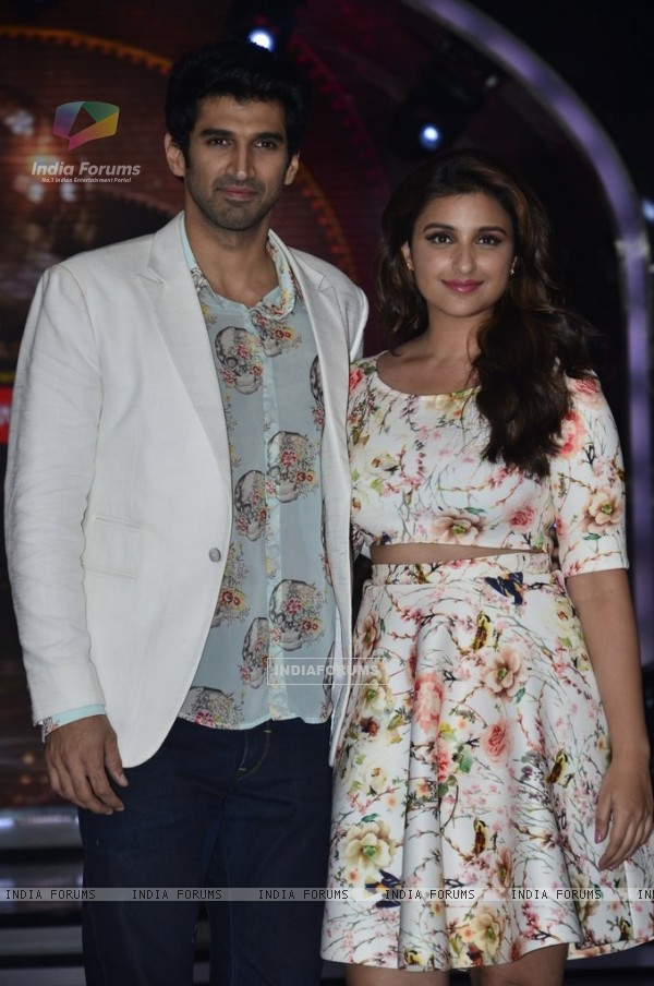 Parineeti and Aditya pose for the camera on Jhalak Dikhhlaa Jaa