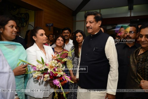 Rani Mukherjee snapped talking with Prithviraj Chavan at the Special Screening of Mardaani