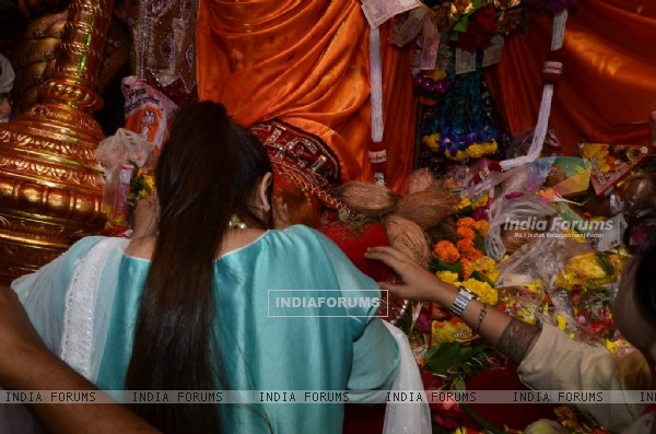 Rani Mukherjee seeks the blessings of Lalbaug cha Raja
