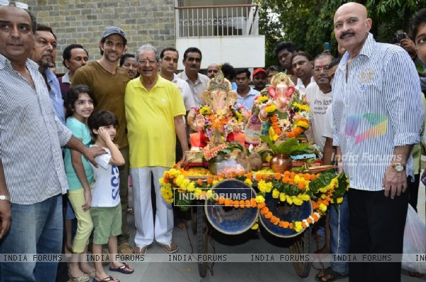 Hrithik Roshan poses with his family at the Visarjan of Lord Ganesha
