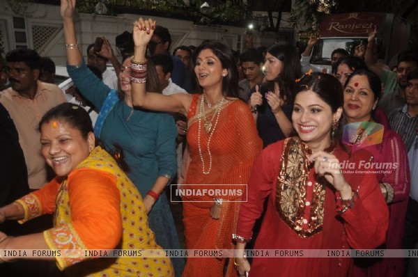 Shilpa Shetty and Shamita Shetty dance to the beats of dhol at the Visarjan of Lord Ganesha