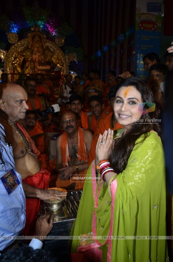 Rani Mukherjee snapped offering prayers to Chinchpokli Ka Raja