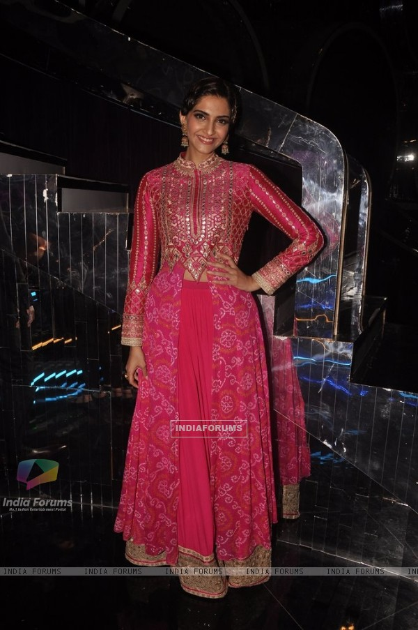 Sonam Kapoor poses beautifully for the media at Promotion of Khoobsurat