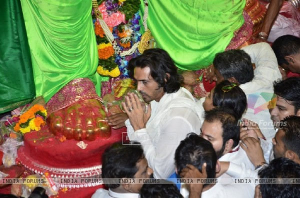 Arjun Rampal seeks blessings from Lalbaughcha Raja
