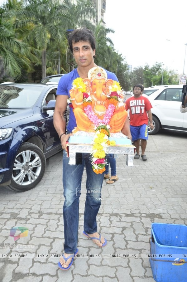 Sonu Sood takes the idol of Lord Ganpati for Visarjan