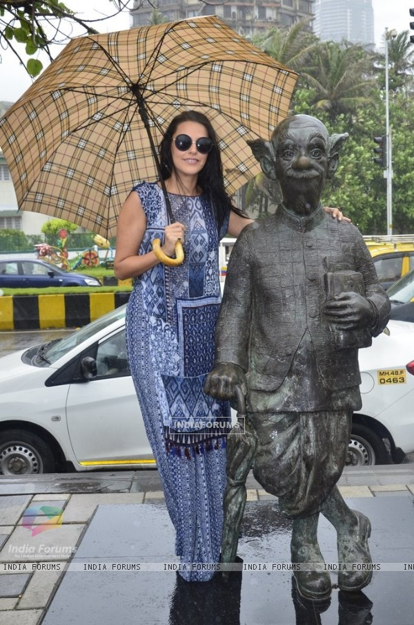 Neha Dhupia with the comman man's statue of R.K. Laxman