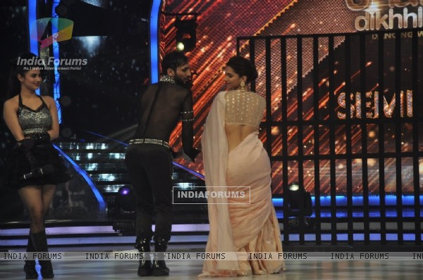 Deepika Padukone and Punit perform on Jhalak Dikhla Jaa Season 7