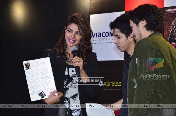 Priyanka Chopra recieves a hand made card by a fan at the Promotions of Mary Kom at Reliance Outlet