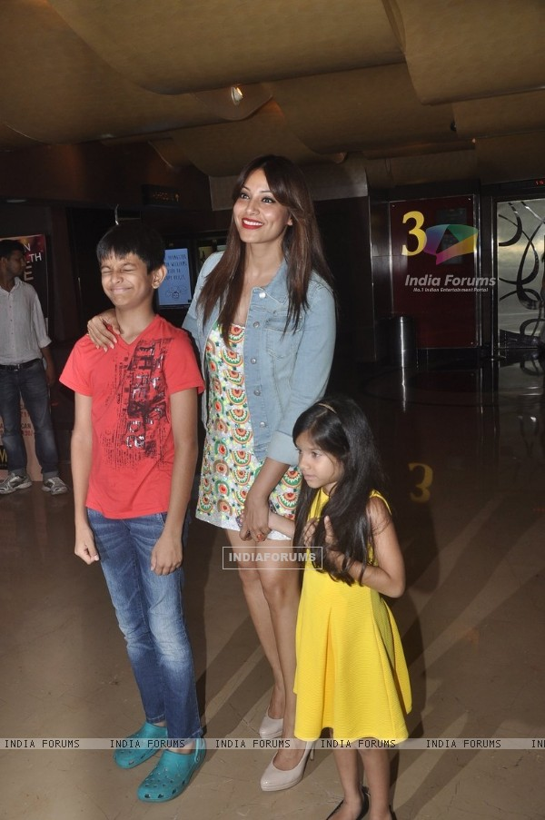 Bipasha Basu poses with kids at the Special Screening of Creature 3D