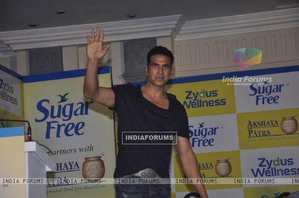 Akshay Kumar waves to the audience at Donate Your Calories Sugarfree Campaign