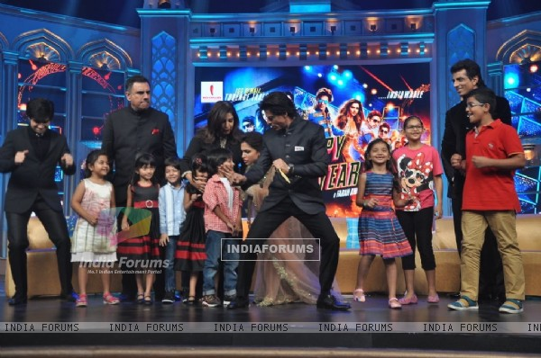 Shah Rukh Khan shakes a leg with kids at the Music Launch of Happy New Year