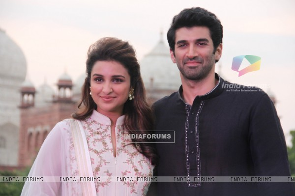 Aditya and Parineeti pose for the camera at Daawat-e-Ishq Food Yatra