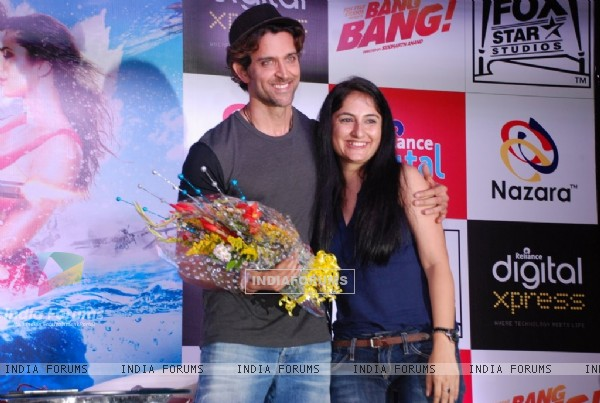 Hrithik Roshan poses with a fan at the Promotion of Bang Bang
