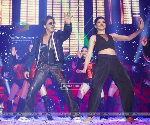 Shah Rukh Khan and Deepika Padukone perform at Slam Tour in London