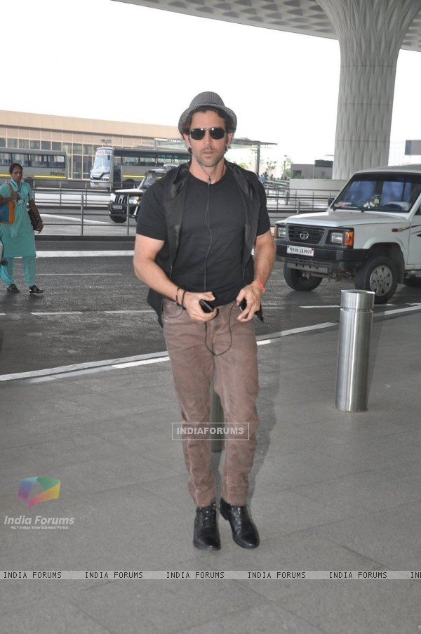 Hrithik Roshan poses for the media at Airport